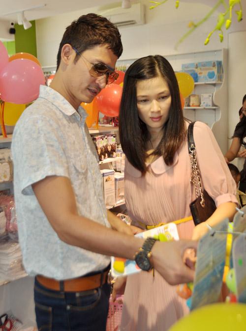 Huy Khánh đưa vợ đi mua đồ cho con - 1