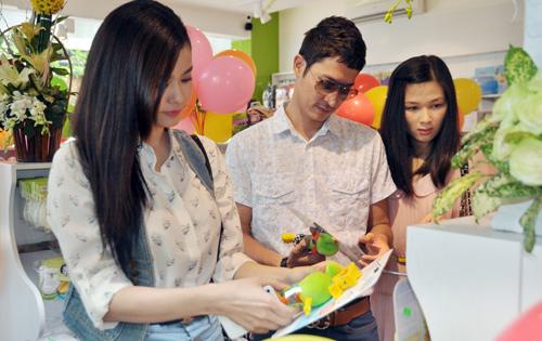 Huy Khánh đưa vợ đi mua đồ cho con - 7