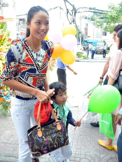 Huy Khánh đưa vợ đi mua đồ cho con - 3