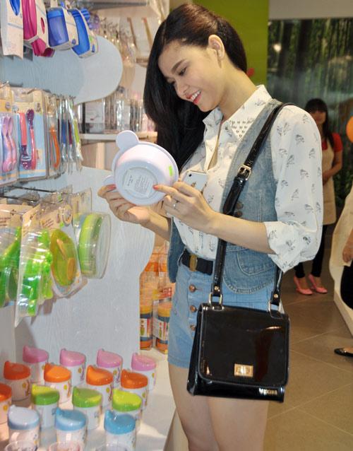 Huy Khánh đưa vợ đi mua đồ cho con - 2