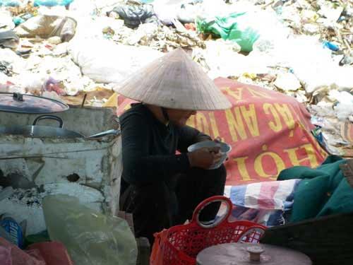 Bát cơm trưa nghẹn ngào bên bãi rác - 11