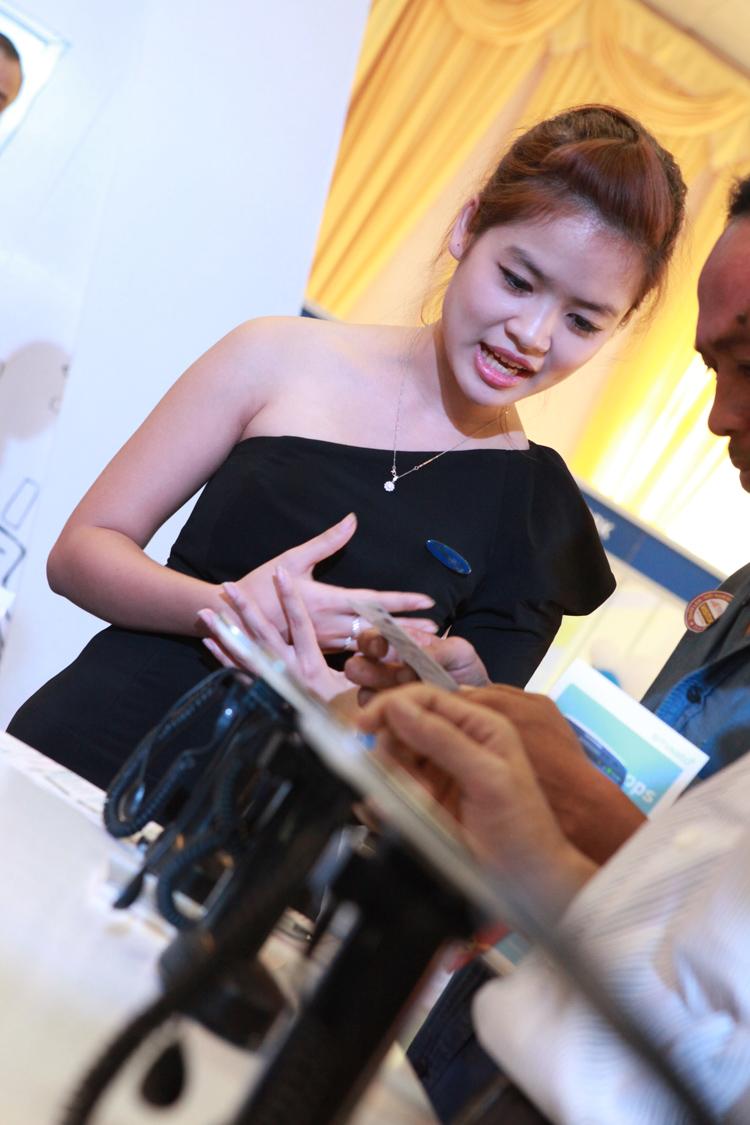 Nụ cười tươi rói, nhưng cũng vô cùng duyên dáng của cô gái có cái tên khá thân mật, Lý Mỹ Linh tại gian hàng Samsung trong triển lãm Mobile Viet Nam 2012 thực sự khiến khách thăm quan không khỏi trầm trồ.
