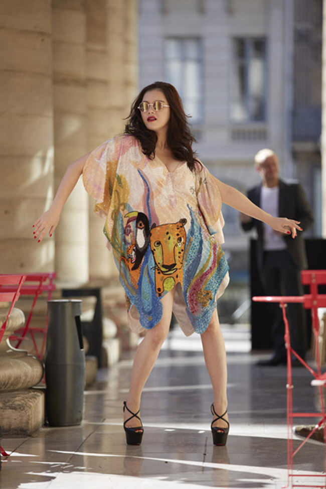 Cô tạo kiểu với thời trang cao cấp, hiện đại.