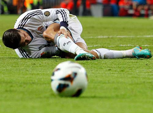 Kinh hãi Ronaldo rách chân, đổ máu - 2