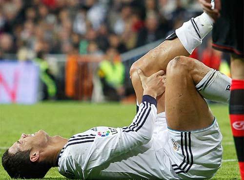 Kinh hãi Ronaldo rách chân, đổ máu - 4