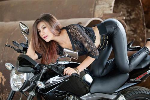 Người đẹp Việt phô diễn cơ thể bên motor - 13