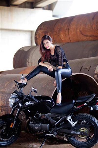 Người đẹp Việt phô diễn cơ thể bên motor - 14