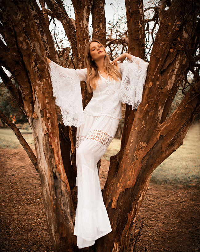 Trông nàng người mẫu Bruna Erhardt thật quyến rũ và trẻ trung với trang phục trắng