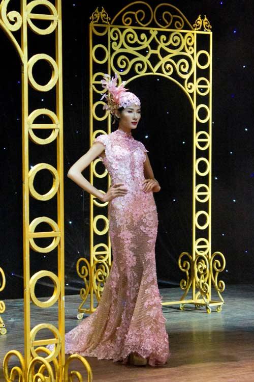 Hoàng Thùy xinh đẹp với váy kim sa - 1