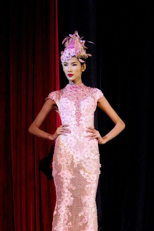 Hoàng Thùy xinh đẹp với váy kim sa - 4