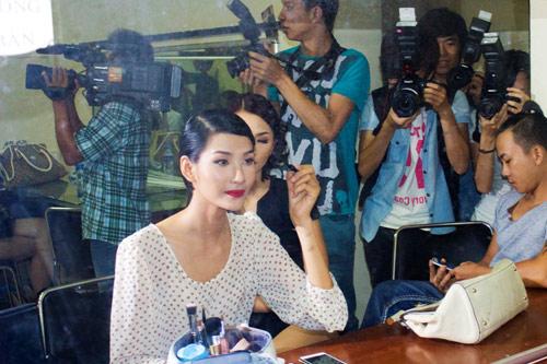 Hoàng Thùy xinh đẹp với váy kim sa - 9