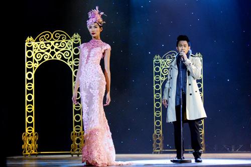 Hoàng Thùy xinh đẹp với váy kim sa - 2