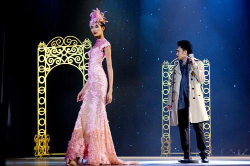 Hoàng Thùy xinh đẹp với váy kim sa - 3