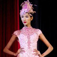 Hoàng Thùy xinh đẹp với váy kim sa