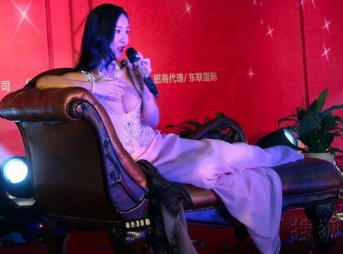 Váy cổ V khoe vẻ phồn thực của Gan Lulu - 2
