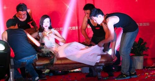 Váy cổ V khoe vẻ phồn thực của Gan Lulu - 1