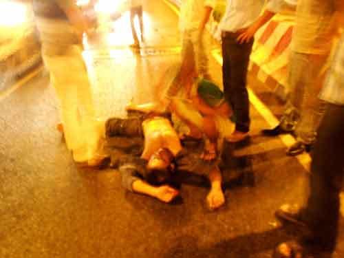 Thờ ơ nhìn nạn nhân nằm trên vũng máu - 1