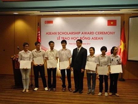 9 học sinh VN nhận học bổng ASEAN 2012 - 1