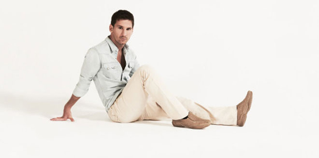 Không sở hữu thân hình lý tưởng như Ronaldo hay Beckham nhưng với tài  năng tuyệt đỉnh trên sân cỏ, Messi vẫn nhận được vô số những lời mời  quảng cáo. Mới đây, ngôi sao của Barca đã chụp hình cho hãng thời trang Stork  Man. Giống như tính cách giản dị, khiêm tốn của mình, Messi ngay cả khi  xuất hiện trong vai trò người mẫu cũng không khác quá nhiều.