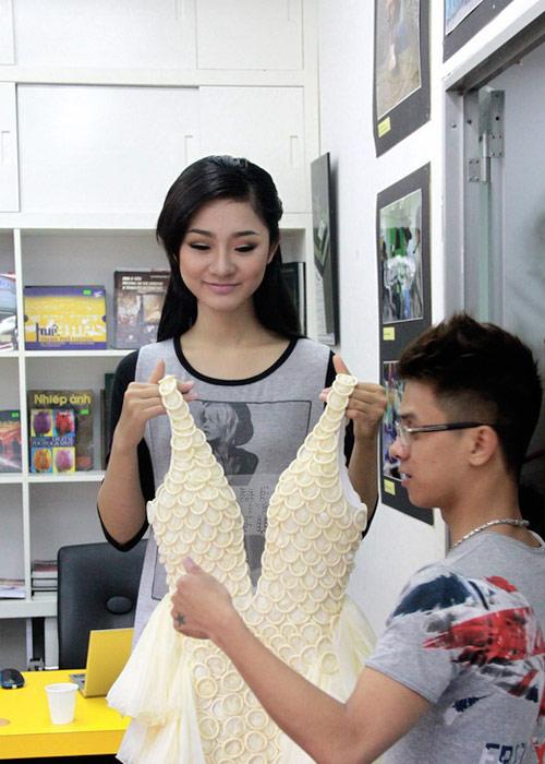 Trà My mặc váy làm từ bao cao su - 1