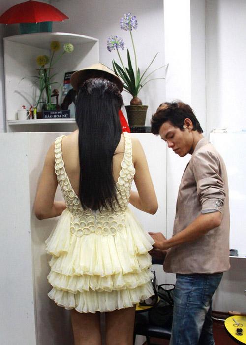 Trà My mặc váy làm từ bao cao su - 2