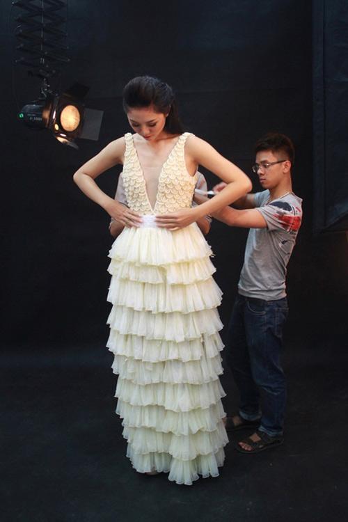 Trà My mặc váy làm từ bao cao su - 3