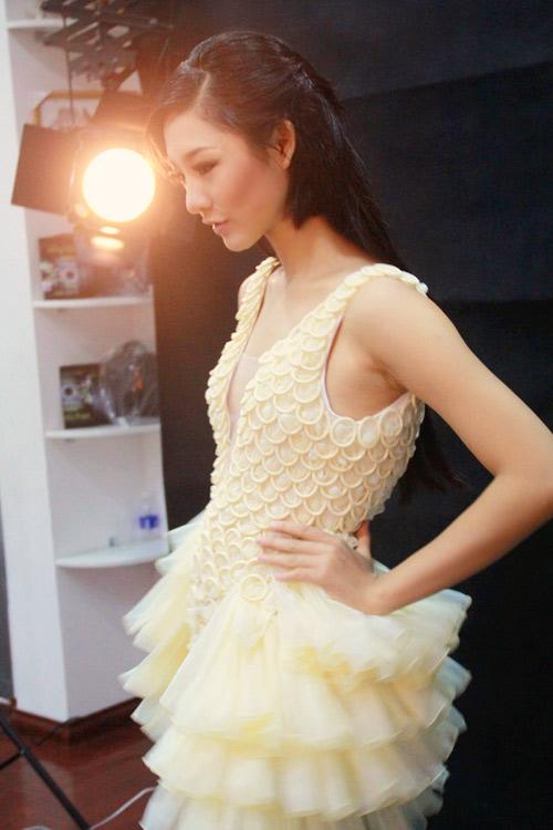 Trà My mặc váy làm từ bao cao su - 4