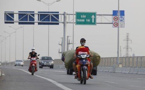 Sẽ phạt nặng xe máy đi đường trên cao HN - 1