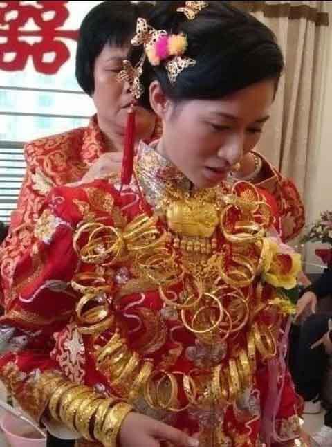 Cô dâu chơi trội... đeo 5 cân vàng - 1