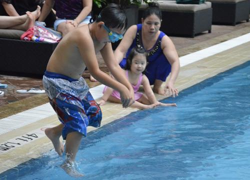 Vắng chồng, vợ Bằng Kiều đưa con đi bơi - 8