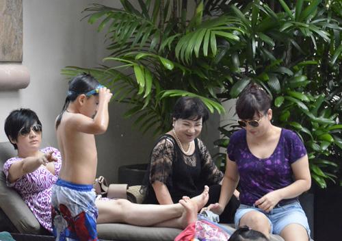 Vắng chồng, vợ Bằng Kiều đưa con đi bơi - 12