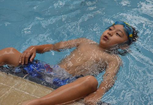 Vắng chồng, vợ Bằng Kiều đưa con đi bơi - 7