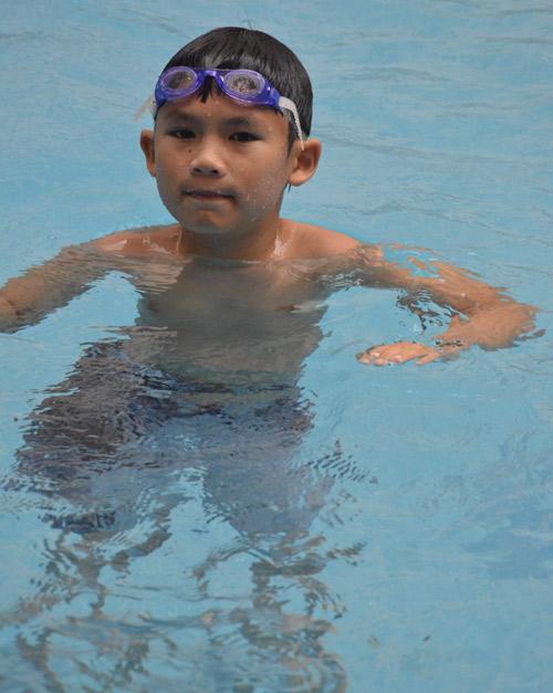 Vắng chồng, vợ Bằng Kiều đưa con đi bơi - 10