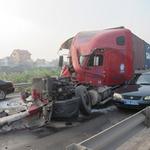 An ninh Xã hội - TNGT: 2 container nát vụn trên cầu Thanh Trì