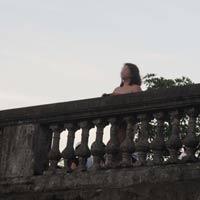 Người phụ nữ khỏa thân trên cầu Long Biên