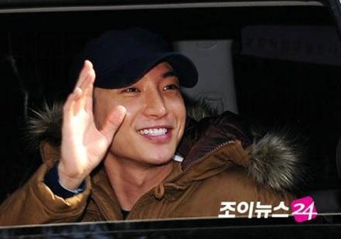 Trưởng nhóm Super Junior nhập ngũ - 9