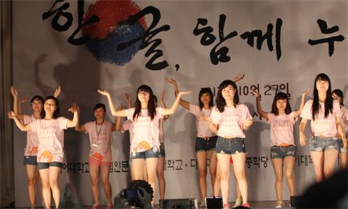 Nữ sinh Nhân văn nhảy Gangnam Style - 1