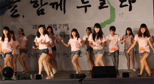 Nữ sinh Nhân văn nhảy Gangnam Style - 2