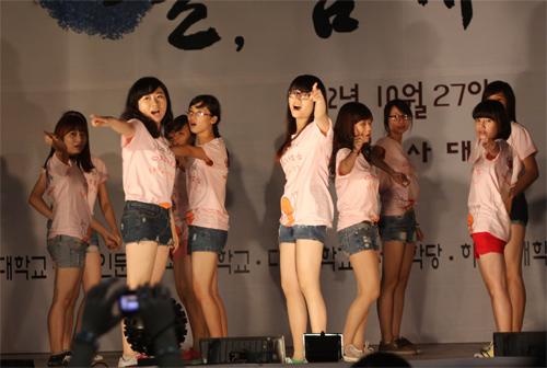 Nữ sinh Nhân văn nhảy Gangnam Style - 3