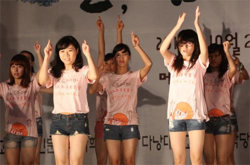 Nữ sinh Nhân văn nhảy Gangnam Style - 4