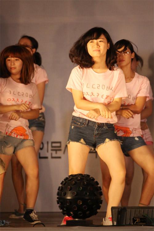 Nữ sinh Nhân văn nhảy Gangnam Style - 6