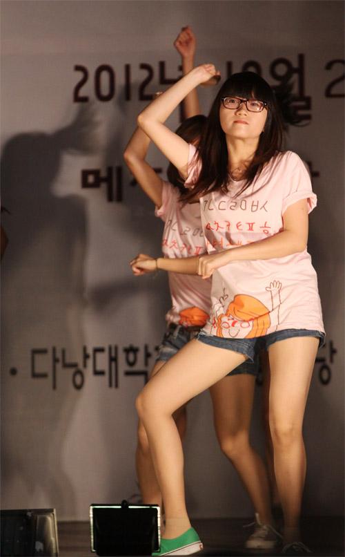 Nữ sinh Nhân văn nhảy Gangnam Style - 5