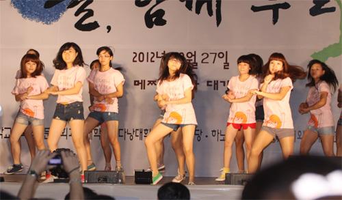 Nữ sinh Nhân văn nhảy Gangnam Style - 7
