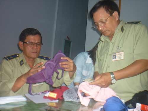 Thu giữ áo ngực chứa chất lạ ở Quảng Ngãi - 2