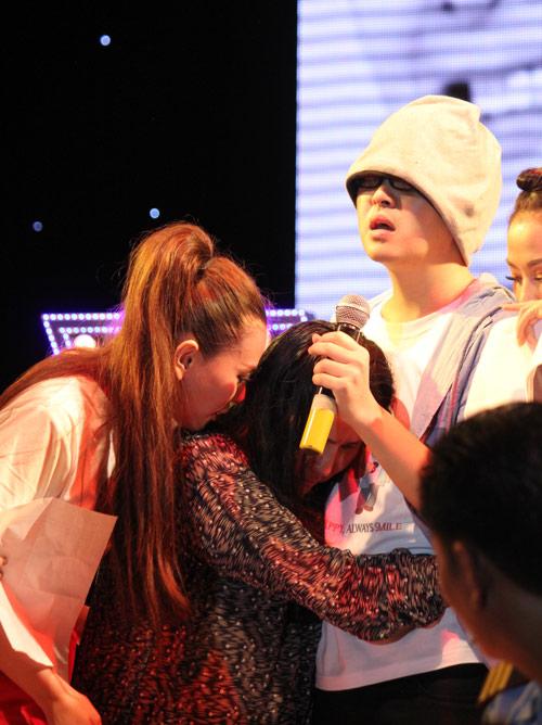 WanBi Tuấn Anh khóc trong vòng tay mẹ - 7