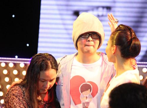 WanBi Tuấn Anh khóc trong vòng tay mẹ - 6