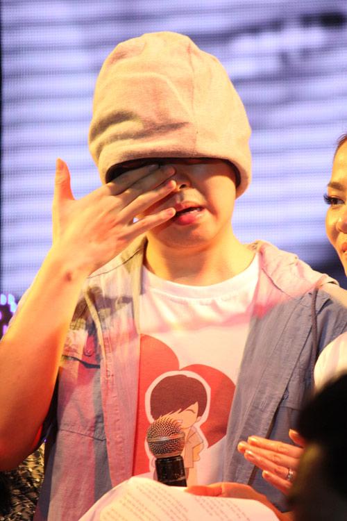 WanBi Tuấn Anh khóc trong vòng tay mẹ - 12