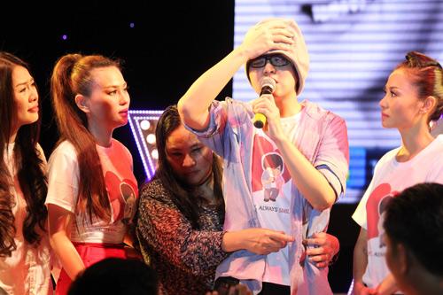 WanBi Tuấn Anh khóc trong vòng tay mẹ - 1