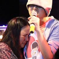 WanBi Tuấn Anh khóc trong vòng tay mẹ