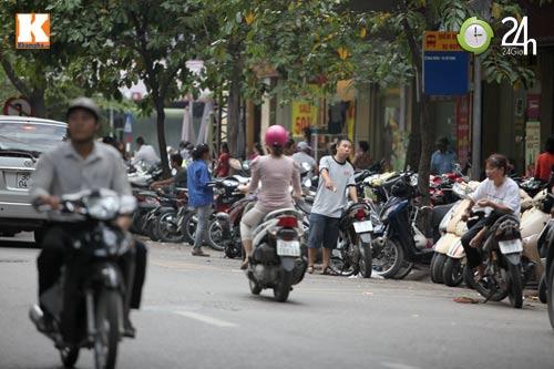 Hà Nội lại nở rộ bãi giữ xe tự phát - 1